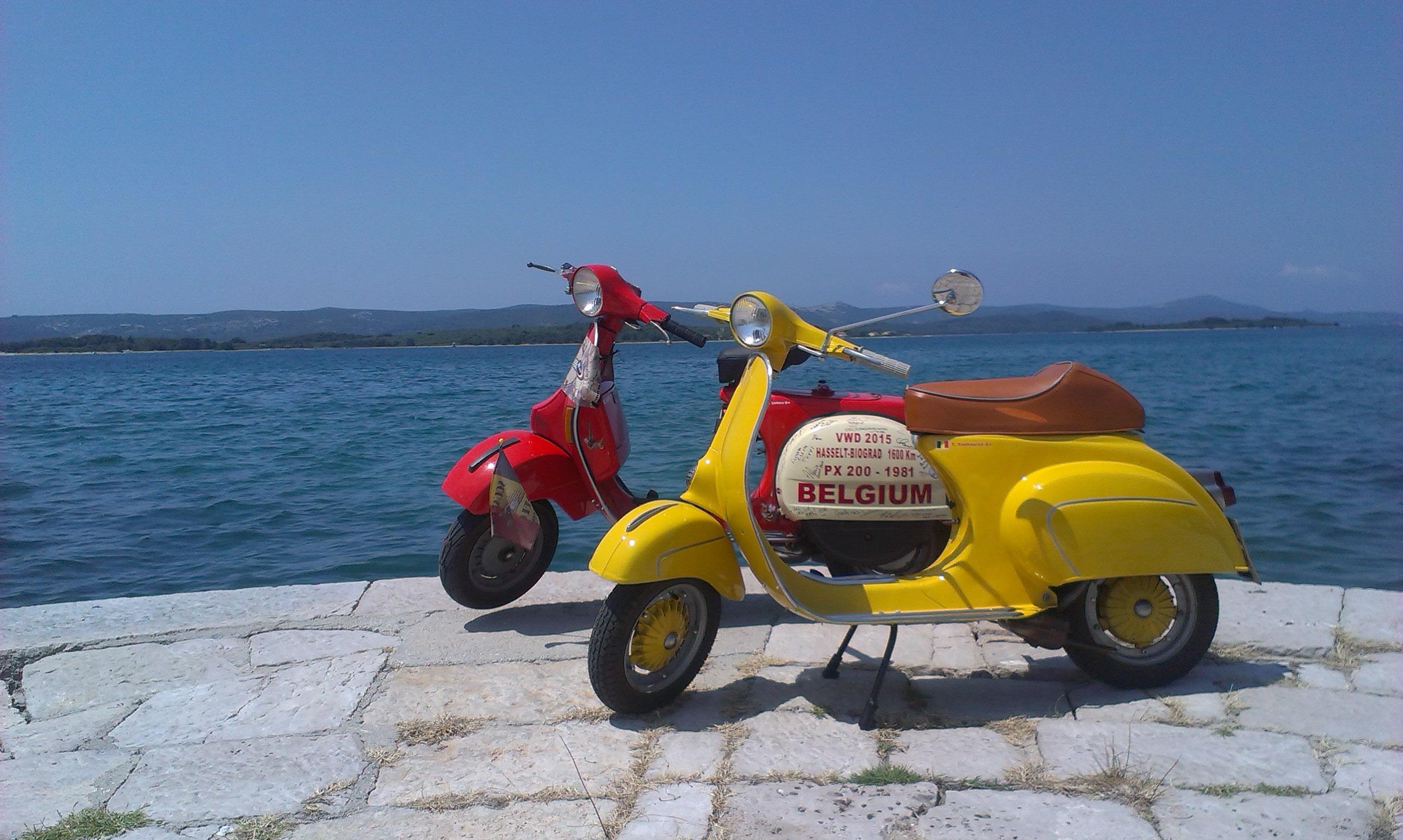 twee vespa's aan de adriatische kust